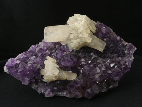 Amethyst mit Calcit