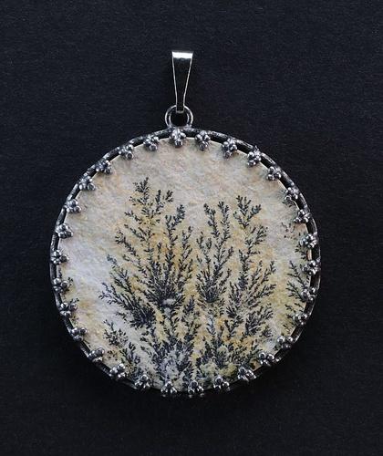 Dendrit, černošedý kov (antracitová barva)