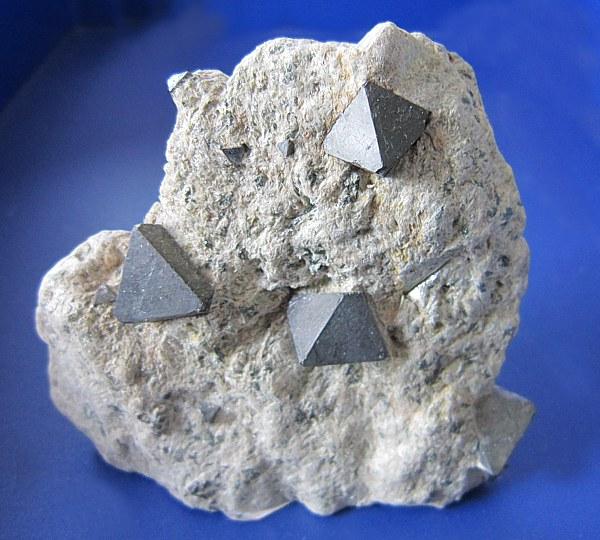 Magnetit, krystaly na podložce