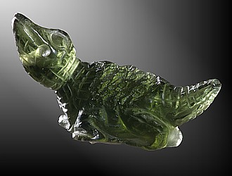 Vltavín, glyptika vrtaná jako přívěšek na kůži - krokodýl