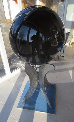 Obsidiánová koule o průměru 60 cm